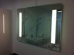 Spejl med LED lys og stikkontakt